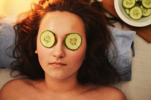 cucumber slices reduce puffy eyes
